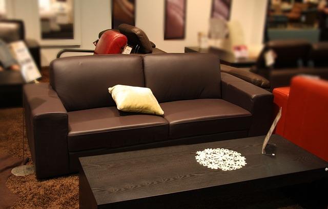 hnědá kožená sedačka, stolek