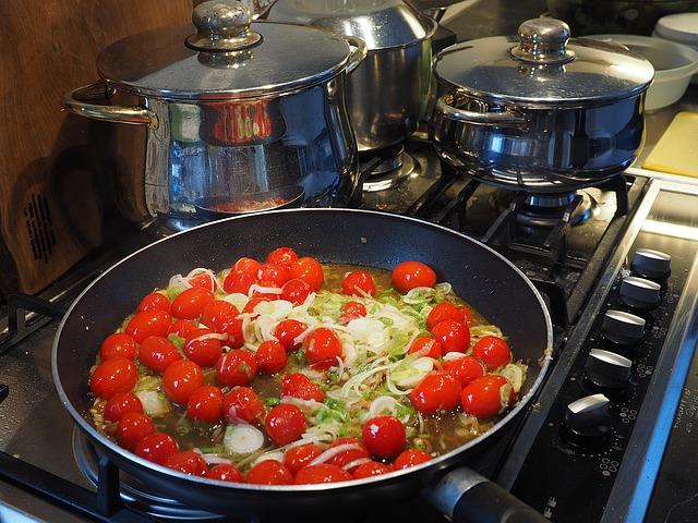 hrnce, pánve, rajčátka, vaření