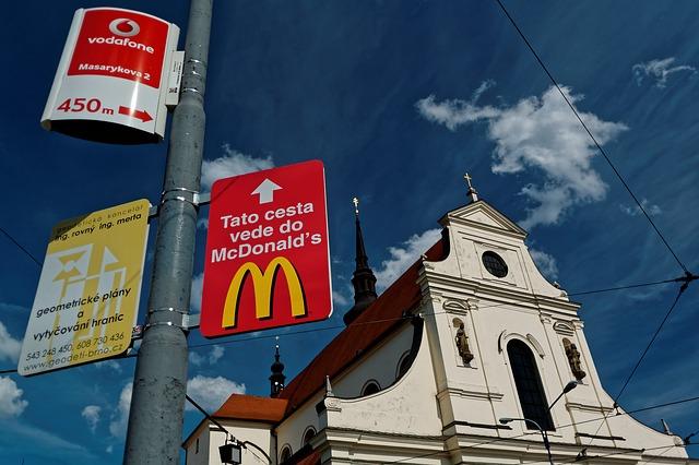 kostel a mcdonalds