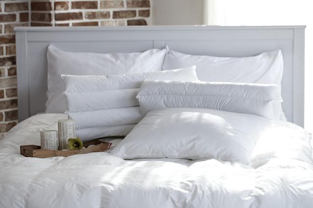 polštáře v posteli