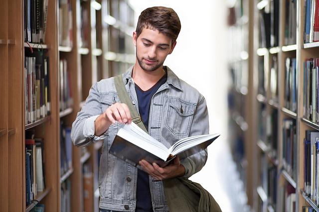 mladík v knihovně